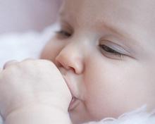 Малыш сосет пальчик