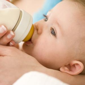Сколько должен съедать смеси двухмесячный ребенок?