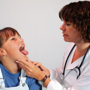 Сухой кашель при воспалении миндалин