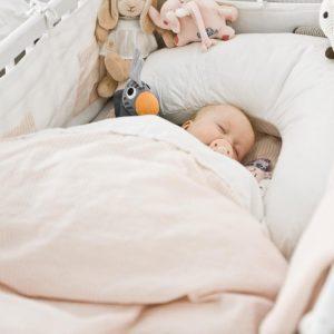 Какое одеяло лучше выбрать в детскую кроватку